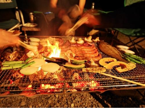 知床うまいぜのある地、知床の住民はキャンプの時に魚を焼きます。